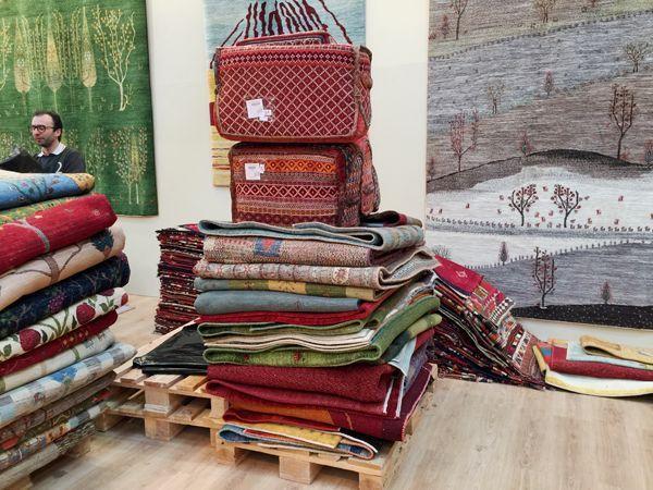 ゾランヴァリのブースでギャッベ絨毯の選定