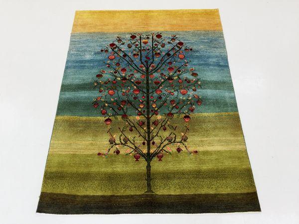 ルリ族のルリバフ絨毯。美しい背景とザクロの樹