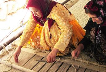 ギャッベを織る女性たち。