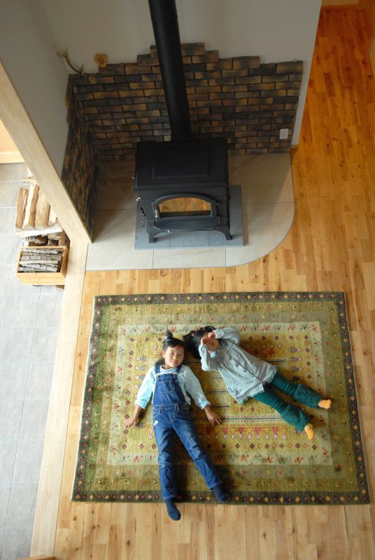 ゾランヴァリギャッベ 暖炉と子ども達