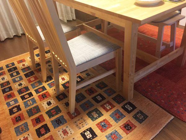 ギャッベをダイニングテーブルの下に。