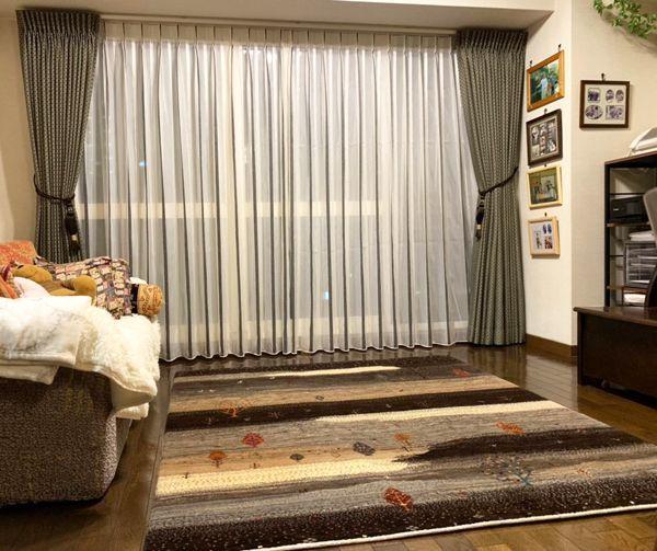 川島織物セルコン フィーロカーテンと濃茶ギャッベ